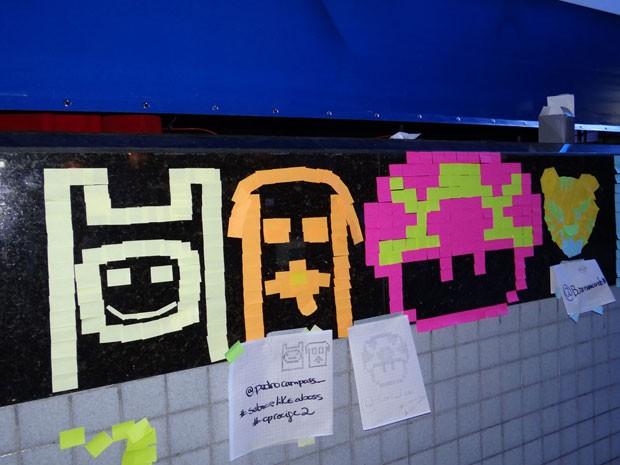 Post-its são usados para fazer desenhos que lembrem jogos e filmes, na Campus Party, no Recife (Foto: Katherine Coutinho / G1)