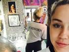 Miley Cyrus faz selfie usando blusa com nome de Liam Hemsworth