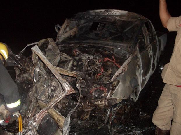 Ocupantes do veículo de modelo Gol morreram carbonizados (Foto: Foto: Divulgação/PRF)
