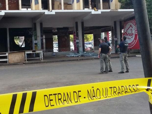Policiais negociam desocupação no Hotel Torre Palace, em Brasília (Foto: Pedro Borges/G1)