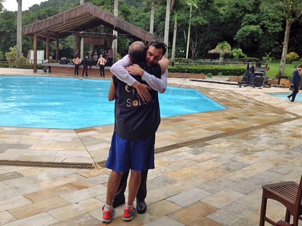Abraço de Sergio Guizé e o diretor, Jorge Fernando  (Foto: Ana Paula Guimarães / TV Globo)