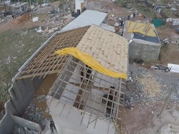 Diversas casas foram destelhadas em Jarinu (Foto: Reprodução/TV TEM)