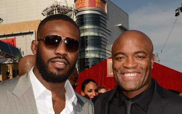 Anderson Silva e Jon Jones tiram foto juntos em evento esportivo nos EUA (Foto: Getty Images)