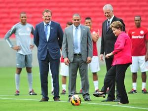 Presidente Dilma deu pontapé e tocou bola para o argentino D'Alessandro (Foto: Diego Vara/Agência RBS)
