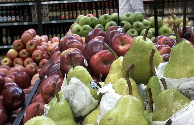 Parte do que está exposto nas prateleiras dos mercados vai para o lixo por não agradar o consumidor. Produtos ainda bons são desprezados pela aparência  (Foto: Reprodução)