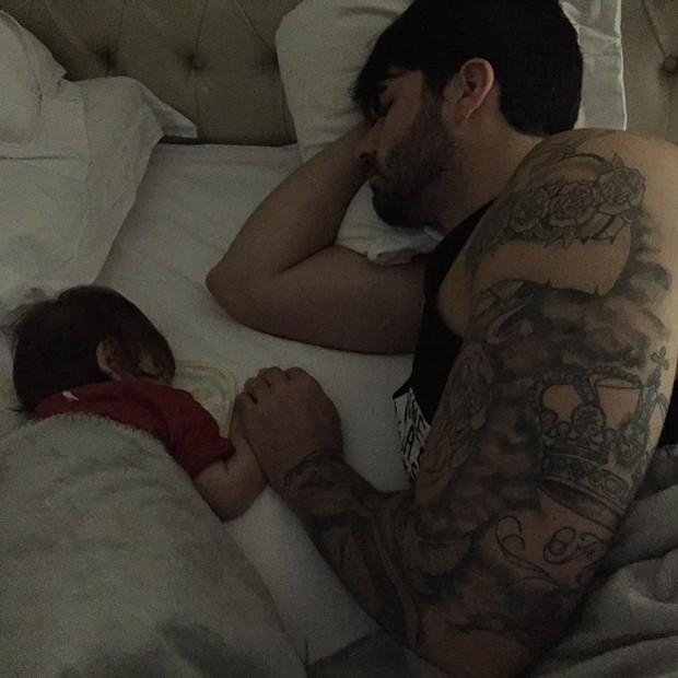Rodrigão dorme ao lado do filho (Foto: Reprodução/Instagram)