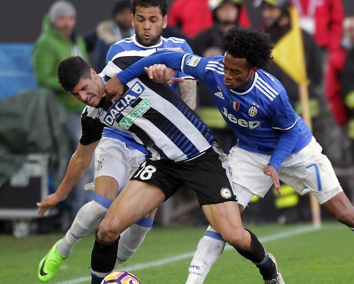 Daniel Alves em ação pelo Juventus diante do Udinese (Foto: EFE)