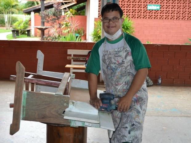 Marcos Pereira, de 25 anos, participa das oficinas (Foto: Magda Oliveira/G1)