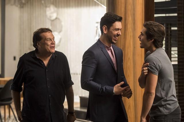 Dennis Carvalho ensaia uma cena de 'Rock story' com João Vicente de Castro e Nicolas Prattes (Foto: GLOBO/João Cotta)