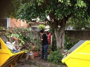 Caçambas foram usadas para limpeza (Foto: Arquivo pessoal/ Carolina Gutierres)