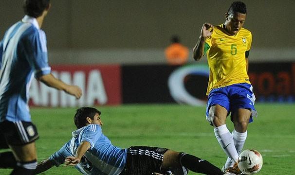 Volante Ralf domina a bola na vitória do Brasil sob a a Argentina no primeiro jogo (Foto: EFE / Reprodução: Globoesporte.com)