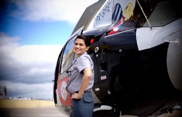 Lara Carolina, em frente a um helicóptero da PM do Grupamento Aéreo de Sorocaba (Foto: Raul Zito/G1)