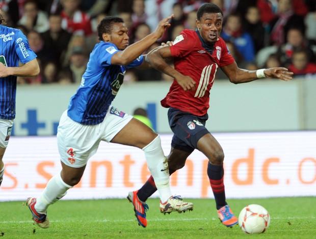 Johan Martial do Brest e Salomon Kalou do Lille (Foto: AFP)