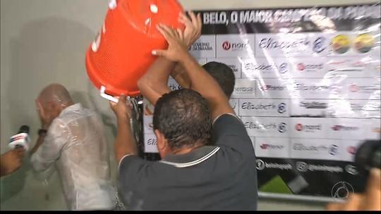 """Jogadores do Botafogo-PB dão banho em Itamar Schülle, que brinca: """"Vai ter volta"""""""