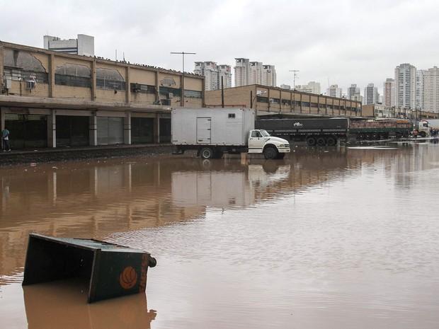 Chuva causa alagamento no Ceagesp (Companhia de Entrepostos e Armazéns de São Paulo), na zona oeste de São Paulo, SP, na manhã desta sexta-feira (11) (Foto: Edno Luan/Futura Press/Estadão Conteúdo)