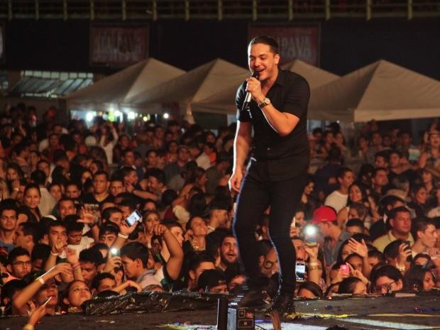 Wesley Safadão animou público com forró nordestino  (Foto: Jamile Alves/G1 AM)