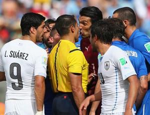 árbitro Marco Rodriguez, Buffon e Suarez Itália x Uruguai (Foto: Getty Images)