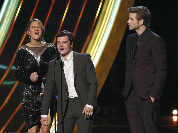Jennifer Lawrence, Josh Hutcherson e Liam Hemsworth discursam após receberem o prêmio de melhor filme por 'Jogos Vorazes' no People's Choice Awards na quarta-feira (9) em Los Angeles (Foto: Mario Anzuoni/Reuters)