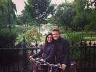 Michel Teló e Thais Fersoza curtem passeio de bicicleta durante viagem