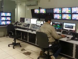 Controle mestre da Inter TV teve mudanças na estrutura para fazer transmissão em HD. (Foto: Nicole Melhado / Inter TV MG)
