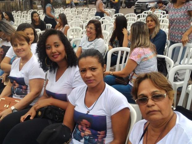 Fãs chegaram cedo para acompanhar missa, em Goiânia (Foto: Vanessa Martins/G1)
