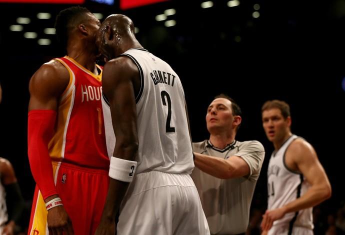 Garnett e Howard brigam em quadra na NBA  (Foto: Elsa / Getty Images)