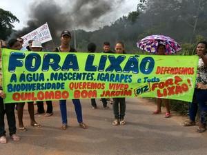 Trecho em frente ao Lixão do Perema foi interditado nesta segunda-feira (30) (Foto: Adonias Silva/G1)