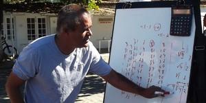Professor de matemática monta  'sala de aula' em frente a tenda (Paola Fajonni/G1)