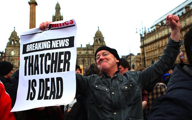 Homem segura cartaz comemorando morte de Tatcher em Glasgow (Foto: David Moir/Reuters)