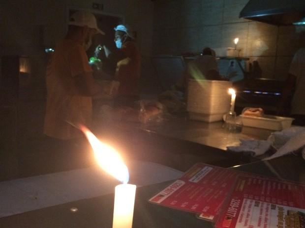 Hamburgueria funciona à luz de velas em Vila Velha (Foto: André Junqueira/ TV Gazeta)