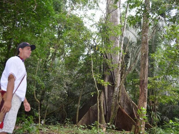 Jackson atua como guia turístico na comunidade (Foto: Genival Moura/G1)