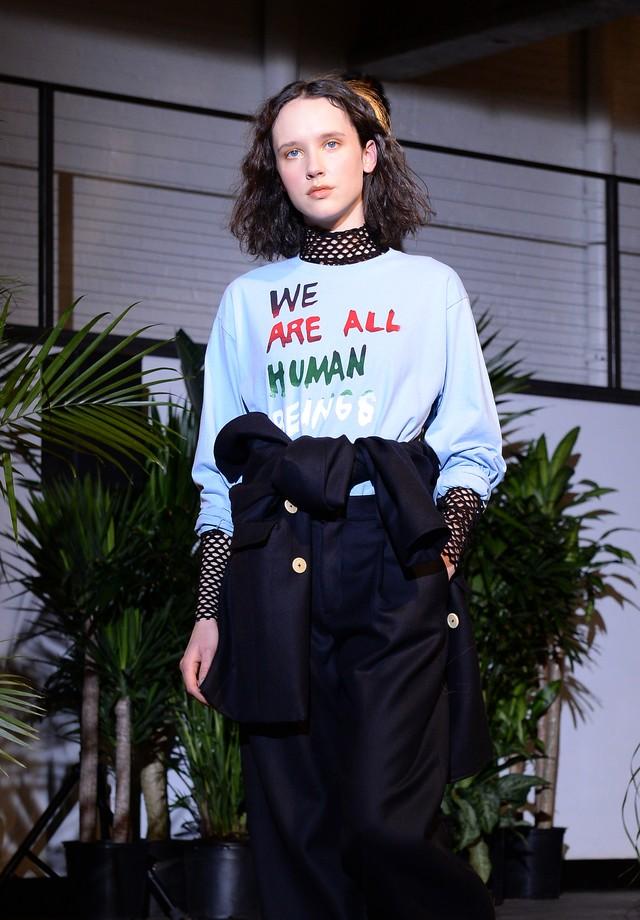 """Já a Creatures of Comfort desfilou na quinta-feira, primeiro dia de NYFW, um moletom com a seguinte frase de inclusão: """"we are all human beings"""", """"somos todos seres humanos"""" (Foto: Getty Images)"""