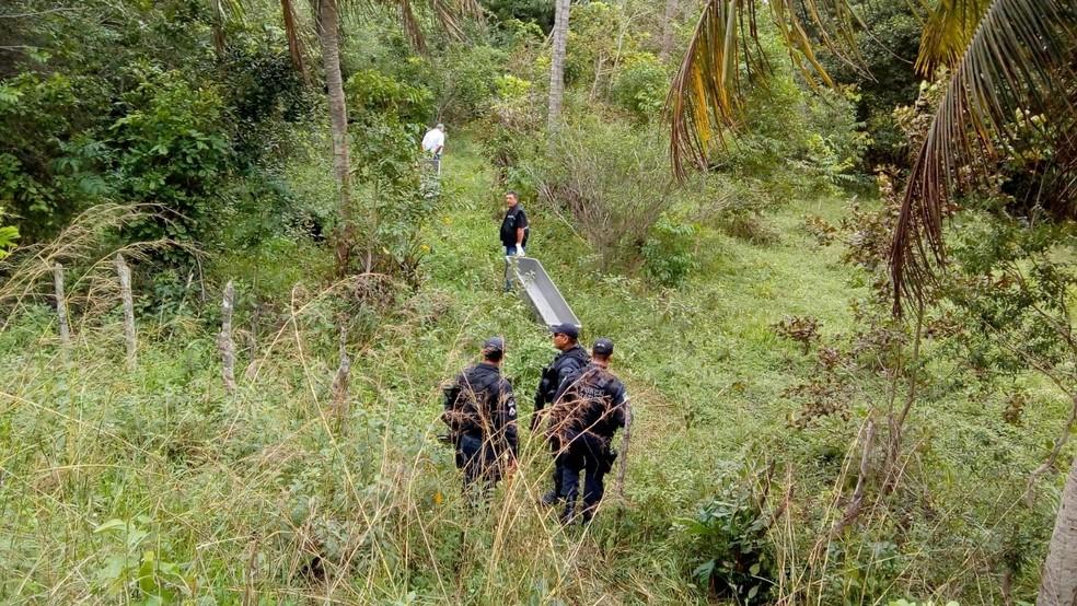 Corpos foram encontrados em uma região de mata, às marges da estrada que dá acesso à comunidade de Pium, em Parnamirim (Foto: Robson Oliveira/Inter TV Cabugi)