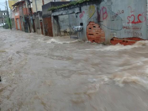 Chuva em travessa em Itaquera, na Zona Leste de São Paulo (Foto: Kátia Lima Bezerra/VC no G1)