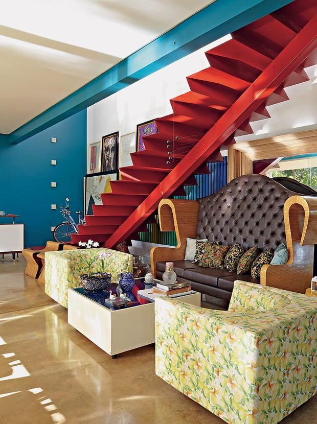 Esmalte | Neste estar, projetado pelo arquiteto Leo Romano, a escada metálica da Serralheria Sol Nascente tem pintura com esmalte vermelho (Foto: Victor Affaro/Editora Globo)