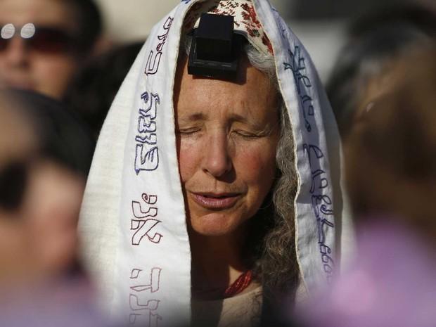 Ativistas feministas judias rezam pela primeira vez livremente e sob proteção policial no Muro das Lamentações em Jerusalém, onde ultraortodoxos que tentaram se opor a sua ação foram detidos. (Foto: Amir Cohen/Reuters)