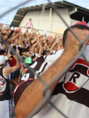 Torcedores vibram com entrada do time em campo (Foto: Renan Morais/GLOBOESPORTE.COM)