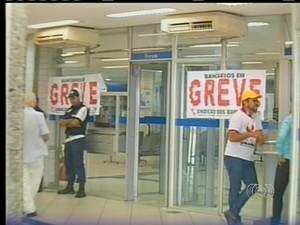 Correntistas estão prejudicados com greve dos bancários (Foto: Reprodução/TV Anhanguera)