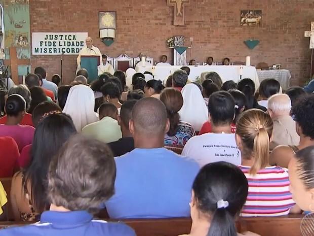 Paróquia em Salvador ficou lotada para a missa em celebração da canonização de Madre Tereza (Foto: Reprodução/TV Bahia)