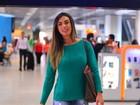 Nicole Bahls embarca em aeroporto com calça toda rasgada