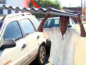 Trabalhador rural comprou as telhas que precisava no bairro onde mora (Foto: Reprodução/EPTV)