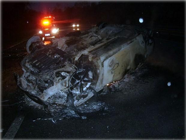 Carro pegou fogo após motorista bater em árvore na Fernão Dias em Perdões, MG (Foto: PRF de Perdões)