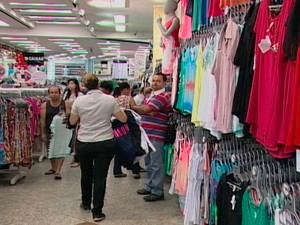 Movimento em loja de Mogi das Cruzes (Foto: Reprodução/ Tv Diário)