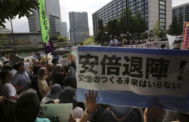 Japoneses pedem a renúncia do primeiro-ministro do Japão, Shizno Abe, após anúncio de mudança na Constituição pacifista do país (Foto: Eugene Hoshiko/AP)