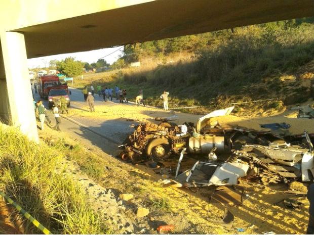 BR-354  trevo Formiga MG acidente carretas (Foto: Polícia Rodoviária Federal/Divulgação)