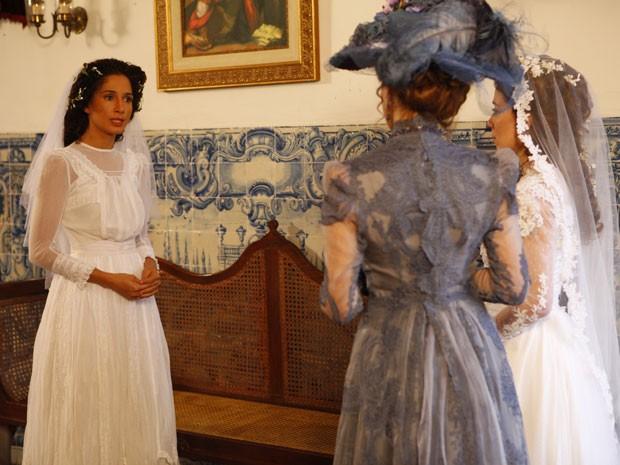 Isabel rebate provocação à altura (Foto: Lado a Lado/TV Globo)