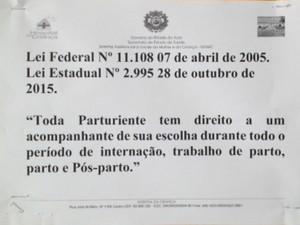 Cartaz informativo na Maternidade Bárbara Heliodora  (Foto: Daniel Scarcello/G1)
