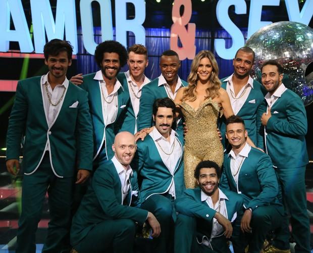 Fernanda é erguida pelos bailarinos no musical (Foto: Carol Caminha/Gshow)
