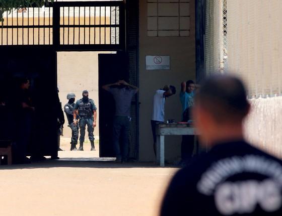 Policiais revistam detentos na Penitenciárias Agrícola de Monte Cristo,em Boa Vista,Roraima  (Foto: Reuters)