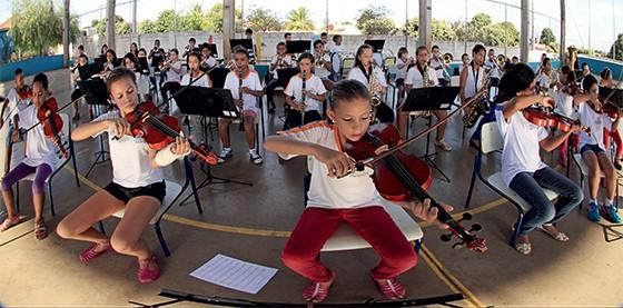 Aula de música para alunos da escola Hirayuki Enomoto, na cidade de Pereira Barreto (Foto: Rubens Cardia/Época)
